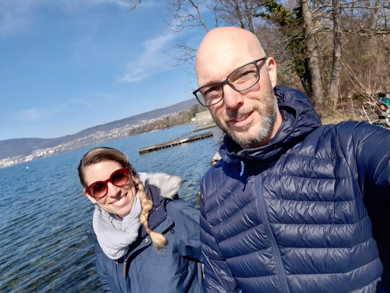 Michael et Claire au bord du lac, souriant